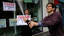 El Gordo de la loter�a de Navidad ha vuelto a caer en Carballo cinco a�os despu�s. FOT�GRAFO: ANA GARCIA