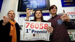 Los due�os de Loter�a Alexandra brindan por el premio. FOT�GRAFO: ANA GARCIA