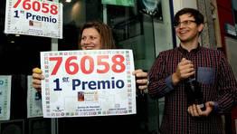 La lotera Mar�a Eir�s y su hermano Alejandro celebran el premio. FOT�GRAFO: ANA GARCIA