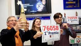 Andrés Eirís celebra con sus hijos el premio. FOTÓGRAFO: ANA GARCIA