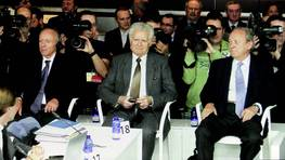 El 16 de octubre comenzó el juicio del Prestige en las instalaciones de Expocoruña en la ciudad heculina. En la imagen, de izquierda a derecha, el capitán del barco, Apostolos Mangouras, el jefe e máquina,Nikolaos Argyropoulos, y el exdirector de la Marina Mercante, José Luis López-Sors. FOTÓGRAFO: GUSTAVO RIVAS