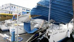 Un tornado levanta la cubierta de la nave de deportes n�uticos de Cangas y provoca destrozos en m�s de medio centenar de barcos. FOT�GRAFO: XOAN CARLOS GIL