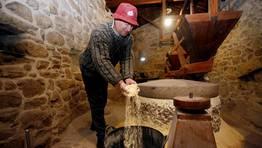 Aunque ya se jubil�, Moncho Rodr�guez todav�a va a veces a moler el ma�z a los molinos de Barrantes. FOT�GRAFO: MONICA IRAGO