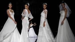 Las modelos Valentina Zeliaeva, Izabel Goulart, Irina Shayk y Ana Beatriz Barros; y al fondo, Karolina Kurkova acompañando al diseñador FOTÓGRAFO: MARTA PÉREZ | EFE