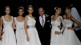 Manuel Mota junto a las modelos Valentina Zeliaeva, Izabel Goulart, Karolina Kurkova, Irina Shayk y Ana Beatriz Barros FOTÓGRAFO: MARTA PEREZ | EFE