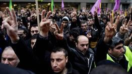 Unos 200 kurdos sujetan sujetan banderas del Partido de los Trabajadores del Jurdist�n (PKK) durante una protesta frente al Centro de Informaci�n sobre el Kurdist�n en Par�s. FOT�GRAFO: IAN LANGSDON | EFE