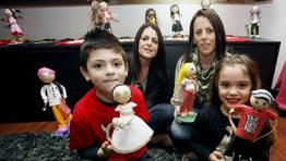 Teresa Cores ?derecha? y su hermana Isabel en la exposici�n de la tienda de Caramuxo, que encandila a ni�os y mayores FOT�GRAFO: MONICA IRAGO