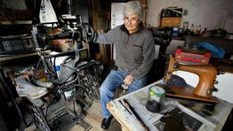 Fita Mart�nez en el taller en el que restaura sus m�quinas con su pieza preferida, adquirida en Dena FOT�GRAFO: MONICA IRAGO