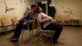 La pareja en la sala de espera FOT�GRAFO: MICHAELA REHLE | REUTERS