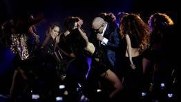 Pitbull, galardonado como artista y productor m�s influyente del mundo latino, durante su actuaci�n FOT�GRAFO: Alberto Mart�n | EFE