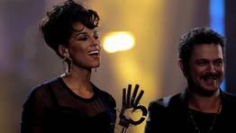 Alicia Keys, acompa�ada por el cantante Alejandro Sanz, tras ser galardonada como mejor artista y compositora estadunidense de la �ltima d�cada FOT�GRAFO: Alberto Mart�n | EFE