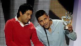 Los colombianos Cali y el Dandee, Alejandro y Mauricio Rengifo P�rez, tras recibir el Premio a la mejor canci�n internacional en lengua espa�ola FOT�GRAFO: Alberto Mart�n | EFE