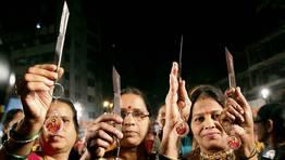 Mujeres indias muestran las navajas que les ha regalado el partido radical Shiv Sena para defenderse contra las violaciones.