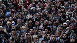 Musulmanes de la regi�n de Cachemira muestran su respeto mientras el cl�rigo muestra la supuesta reliquia de Mahoma. Un pelo de su barba. FOT�GRAFO: DANISH ISMAIL | Reuters