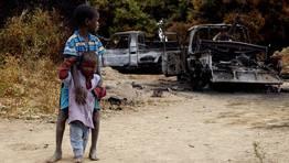 Dos ni�os malienses contemplan los restos de un coche calcinado por un bombardeo de las tropas francesas en Diabaly. FOT�GRAFO: NIC BOTHMA | Efe