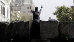 Un manifestante egipcio se dirige a los antidisturbios tras una barricada cerca de la plaza Tahrir, en El Cairo. FOT�GRAFO: AMR ABDALLAH DALSH | reuters