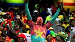 Un aficionado de Burkina Faso apoya a su equipo durante el partido de la Copa �frica contra Etiop�a. FOT�GRAFO: THOMAS MUKOYA | Reuters