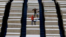 Dos j�venes saltan sobre las piedras del Memorial del Holocausto en Berl�n. FOT�GRAFO: FABRIZIO BENSCH | Reuters