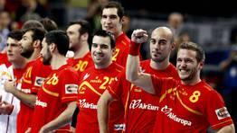 Los jugadores espa�oles celebran con el p�blico del Palau Sant Jordi su pase a la final. FOT�GRAFO: MARKO DJURICA | Reuters