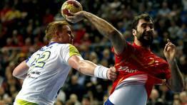 Joan Ca�ellas, m�ximo goleador del partido, intenta lanzar ante la oposici�n de Matej Gaber. FOT�GRAFO: Alberto Est�vez | Efe