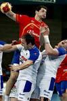 Alberto Entrerr�os lanza ante la oposici�n de dos jugadores eslovenos. FOT�GRAFO: Andreu Dalmau | Efe