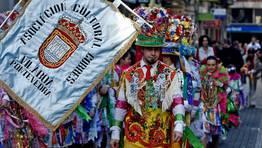 Los miembros de la asociaci�n Madamas e Galans bailaron por las plazas de Pontevedra FOT�GRAFO: CAPOTILLO