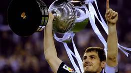 Casillas, con la Copa del Rey ganada al Barcelona en el 2011. FOT�GRAFO: FELIX ORDONEZ | Reuters