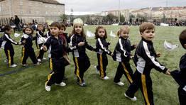 Cadena humana alrededor del campo de fútbol en Ourense. En la imagen, niños del colegio Salesianos. FOTÓGRAFO: Miguel Villar