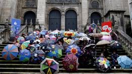 Acto en la Plaza de San Martiño, Ourense, con el lema «Recicla o teu paraguas para a paz». FOTÓGRAFO: Miguel Villar