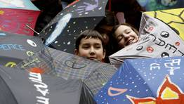 Los niños decoraron paraguas con lemas por la paz. FOTÓGRAFO: Miguel Villar