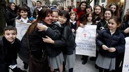En Ourense, los niños del clegio Miraflores repartieron abrazos por la calle. FOTÓGRAFO: Miguel Villar