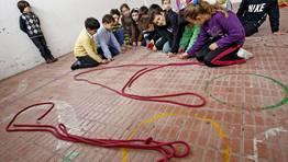 «Escribiendo» paz en el suelo. FOTÓGRAFO: CARMELA QUEIJEIRO