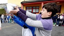 Los niños de Viveiro sueltan una paloma. FOTÓGRAFO: PEPA LOSADA