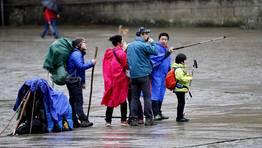 El mal tiempo no desanima a los peregrinos que contin�an llegando a Santiago. FOT�GRAFO: XO�N A. SOLER