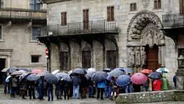 Esta ma�ana un amplio abanico de paraguas admiraban la plaza del Obradoiro. FOT�GRAFO: XO�N A. SOLER