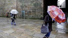 Otra estampa t�pica de este mes de enero lluvioso: los estudiantes protegi�ndose de las intensas precipitaciones. FOT�GRAFO: XO�N A. SOLER