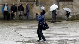 Adem�s, hubo quien no dud� en desafiar a la lluvia para demostrar su destreza con el bal�n. FOT�GRAFO: XO�N A. SOLER