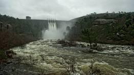El agua salió a borbotones de la presa de Santa Uxía. FOTÓGRAFO: MARCOS RODRÍGUEZ
