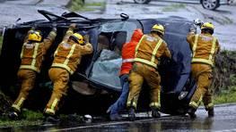 Los bomberos empujan un coche que volc� este mi�rcoles tras un accidente en Barro, Pontevedra. FOT�GRAFO: CAPOTILLO