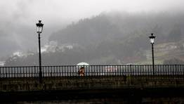 D�a de lluvia y niebla en Viveiro. FOT�GRAFO: PEPA LOSADA