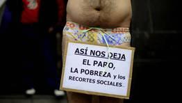 Un manifestante protesta en Bilbao contra la reducci�n de servicios sociales del gobierno vasco. FOT�GRAFO: VINCENT WEST | Reuters