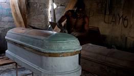Un carpintero trabajando en un ata�d en Haiti FOT�GRAFO: SWOAN PARKER   Reuters