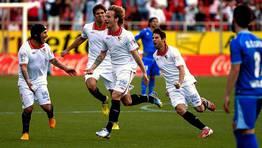 El Sevilla celebra el gol de Rakitic para el 2-1 sobre el Rayo Vallecano. FOTÓGRAFO: Paco Puentes | Efe