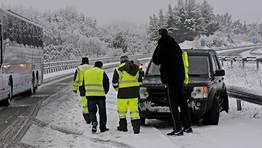 La autov�a A-6 en Baralla, donde solo se puede circular por un carril debido a las intensas nevadas. FOT�GRAFO: PRADERO