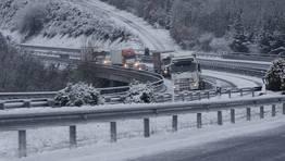 Problemas en la red viaria gallega por la nieve. En la imagen, la A-6 en O Corgo donde est� restringido el tr�fico para veh�culos pesados. FOT�GRAFO: PRADERO