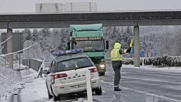 La Guardia Civil de Tr�fico est� desviando a los camiones de la v�a. FOT�GRAFO: PRADERO