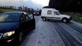 La carretera entre Baio y Santiago, cortada a causa de la nieve. FOT�GRAFO: Xose Ameixeiras