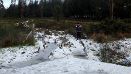 Un ni�o jugando en la nieve entre los municipios de Aranga y Curtis. FOT�GRAFO: T. S.
