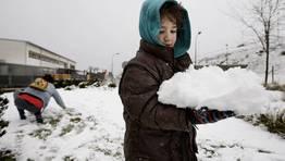 Un ni�o sostiene un bloque de nieve en Lal�n. FOT�GRAFO: MARCOS M�GUEZ