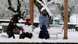 Una familia disfruta de la nieve en Cruz de Incio. FOT�GRAFO: ROI FERNANDEZ